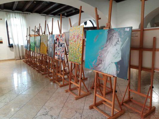 Razstava 26. mednarodne likovne kolonije Umetniki za karitas v Pretorski palači v Kopru